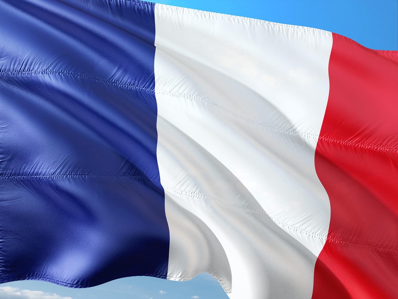 Quelle est la signification du drapeau bleu blanc rouge ?